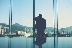 Męski ekonomista stoi w nowożytnym wewnętrznym pobliskim dużym okno z kopii przestrzenią dla twój wiadomości tekstowej Zdjęcie Royalty Free