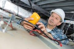 Męski elektryka naprawiania ogienia czujnik zdjęcie stock