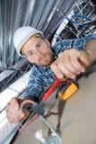Męski elektryka naprawianie depeszuje dla światła na suficie Zdjęcie Stock