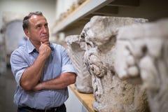 Męski emeryt odwiedza dziejową wystawę w muzeum Zdjęcie Stock