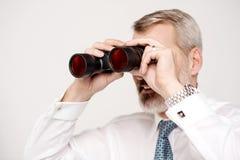 Męski execuitve ono przygląda się przez lornetek Zdjęcia Stock