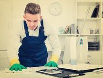 Męski fachowy janitor okurzanie w biurze obrazy royalty free