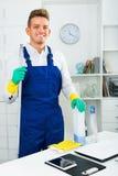 Męski fachowy janitor okurzanie w biurze fotografia royalty free