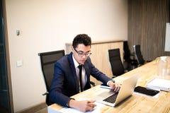 Męski fachowy kierownik używa notatnika fotografia stock