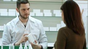 Męski farmaceuty i kobiety klient przy apteką Obraz Stock