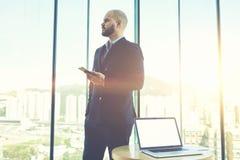 Męski finansista jest trwanie pobliskim stołem z laptopem z egzamin próbny kopii przestrzeni up ekranem dla twój zawartości Obraz Stock