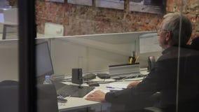 Męski finansowy konsultant znajdujący znacząco błąd w raporcie i stojak up to dyskutujemy je z kolegami zdjęcie wideo