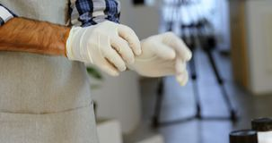 Męski fotograf jest ubranym ręk rękawiczki w fotografii studiu 4k zbiory wideo
