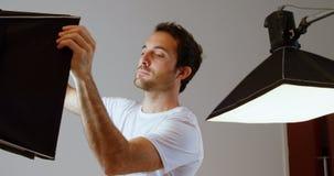 Męski fotograf przystosowywa stroboskop lekki 4k zbiory