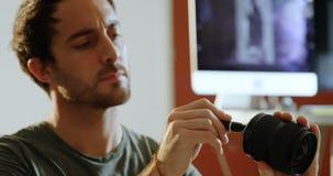 Męski fotografa cleaning kamery obiektyw 4k zdjęcie wideo