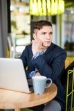 Męski freelancer łączy radio przez laptopu, rozważna biznesmen praca na książce podczas gdy siedzący przy drewnianym stołem Zdjęcie Stock