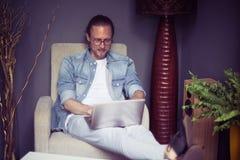 Męski freelancer pracuje daleko w domu wnętrze Zdjęcie Royalty Free