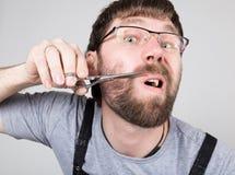 Męski fryzjer męski ciie jego swój wąsy, patrzeje kamerę jak lustro elegancki fachowy fryzjer wyraża Obraz Royalty Free
