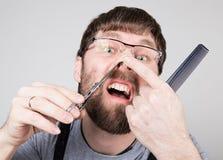 Męski fryzjer męski ciie jego swój włosy w nosie, patrzeje kamerę jak lustro elegancki fachowy fryzjer Obrazy Royalty Free