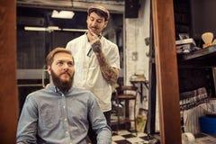 Męski fryzjer męski daje klienta ostrzyżeniu Obraz Royalty Free
