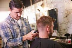 Męski fryzjer męski Daje klienta ostrzyżeniu W sklepie Fotografia Stock
