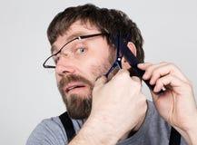 Męski fryzjer męski ono ciie, patrzejący kamerę jak lustro elegancki fachowy fryzjer wyraża różnego Obraz Royalty Free