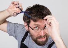 Męski fryzjer męski ono ciie, patrzejący kamerę jak lustro elegancki fachowy fryzjer wyraża różnego Fotografia Stock