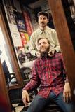 Męski fryzjer męski sprawdza symetrii brodę Zdjęcia Stock