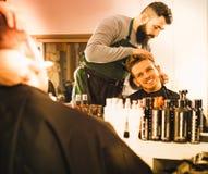 Męski fryzjer precyzyjnie ciie brodę Obrazy Stock