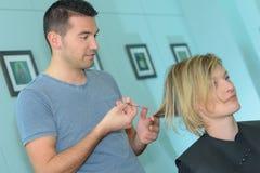Męski fryzjer robi cięciu dla blondynki dziewczyny Obraz Stock