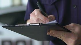 Męski funkcjonariusz policji uzupełnia dokumenty na miejsce przestępstwa, ubezpieczenie, wypadek zbiory