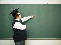 Męski głupek pokazuje na blackboard Zdjęcie Stock