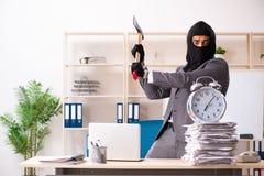 Męski gangster kraść informację od biura obrazy stock