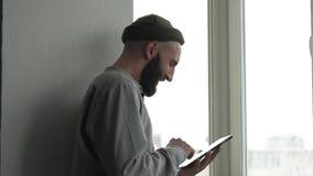 Męski gawędzenie z przyjaciela use cyfrową pastylką zbiory