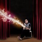 Męski gitarzysty obsiadanie na amplifikatorze Zdjęcie Royalty Free