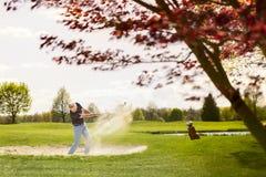 Męski golfista bawić się od piaska bunkieru zagrożenia Obrazy Stock