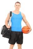 Męski gracz koszykówki niesie sport torbę Zdjęcia Stock