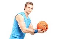 Męski gracz koszykówki patrzeje kamerę z koszykówką Zdjęcie Royalty Free