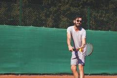 Męski gracz w tenisa słuzyć piłkę Obrazy Royalty Free