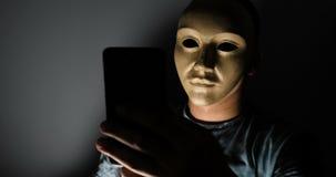 Męski hacker chująca twarz z maskowym dodzwonieniem informacja osobista zbiory