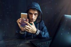 Męski hacker próbuje przystępować telefon Ochrona i ochrona osobiści dane Pojęcie cyber przestępstwo zdjęcia royalty free