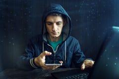Męski hacker próbuje przystępować telefon Ochrona i ochrona osobiści dane Pojęcie cyber przestępstwo fotografia royalty free