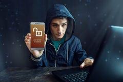 Męski hacker próbuje przystępować telefon Ochrona i ochrona osobiści dane Pojęcie cyber przestępstwo zdjęcie stock
