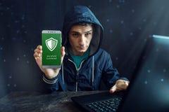 Męski hacker próbuje przystępować telefon Ochrona i ochrona osobiści dane Pojęcie cyber przestępstwo obrazy stock