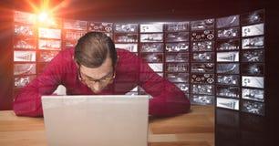 Męski hacker używa laptop przeciw ekranom Fotografia Stock