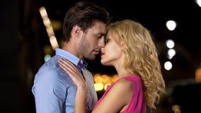 Męski i żeński całowanie przeciw nocy miasta tłu, miłości związek, data obrazy royalty free