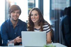 Męski i żeński dyrektor wykonawczy używa telefon komórkowego Obraz Royalty Free