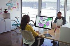 Męski i żeński projektant grafik komputerowych pracuje w biurze Zdjęcie Stock