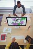 Męski i żeński projektant pracuje w kreatywnie biurze Zdjęcie Stock