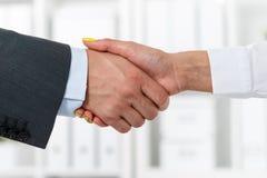 Męski i żeński uścisk dłoni w biurze Fotografia Royalty Free