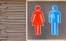 Męski i Żeński toalety signage na ścianie Obrazy Stock