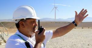 Męski inżynier opowiada na talkie w wiatrowym gospodarstwie rolnym 4k zdjęcie wideo