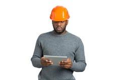 Męski inżynier patrzeje komputerową pastylkę Obraz Stock