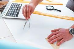 Męski inżynier pracuje na rysunkach i projektach Fotografia Stock
