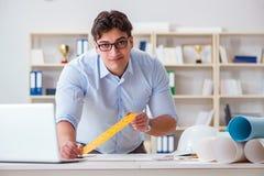 Męski inżynier pracuje na rysunkach i projektach Zdjęcie Stock